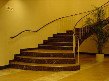 ホワイエの階段