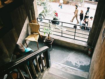 青山アパート 階段から表参道を見る
