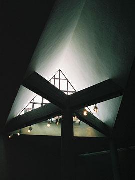 三角形に開けられた大きなトップライト
