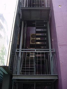 シンプルながらアクロバティックなデザインの外部階段