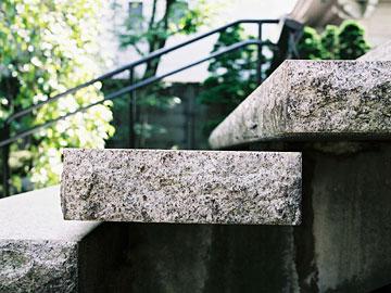 石の段板が独立