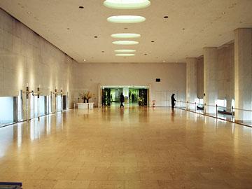 目黒区総合庁舎エントランスホール