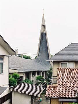 屋根から連続して延びる塔