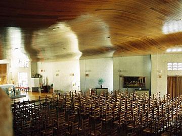宝塚カトリック教会 光を取り入れる装置化された隣地側の壁