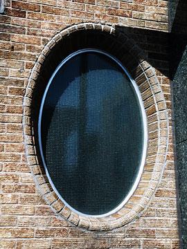 縦長の楕円窓