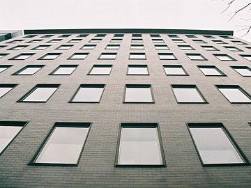 見込みが浅く縁取りの薄い窓