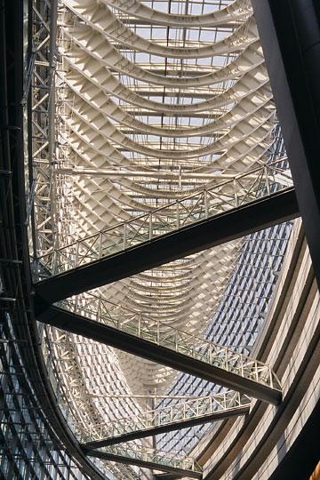 船底か恐竜の骨を思わせる屋根の構造体