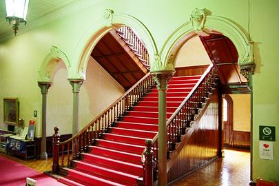 階段上り口にある3連アーチ