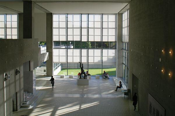 エントランスホールを2階から見下ろす