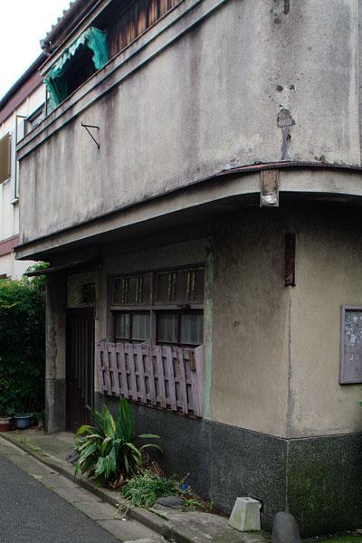 これはかつての表玄関。細い路地はカフェ通りと呼ばれてたらしい。