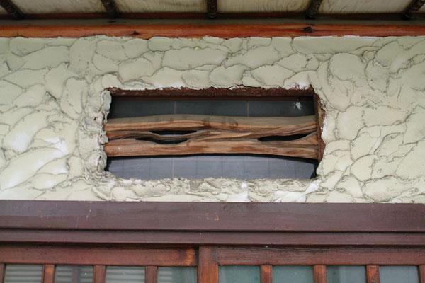 玄関上部の欄間の小窓