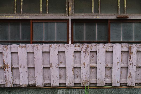 かつての表側の窓。窓の下のOFF LIMITSの文字は何を意味してるのか?