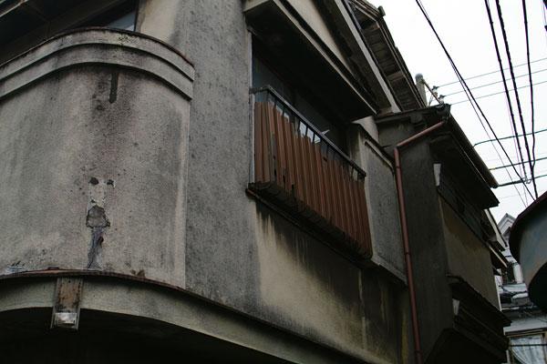 丸みを付けた角の処理、複雑な屋根の組合せなどなど、普通の和風建築には見られないデザイン。